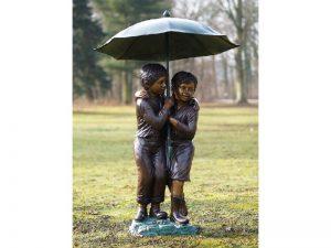 bronzen tuinbeeld - kinderen onder paraplu