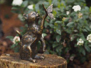 Beeld - Tuinbeeld - brons - Kat poes met vlinder - Bronzartes - 23 cm hoog