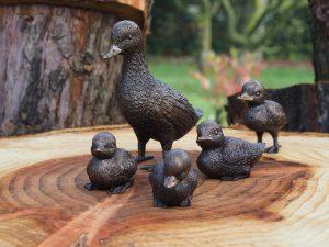 Tuinbeeld - bronzen beeld - Eend met kleintjes - Bronzartes - 19 cm hoog