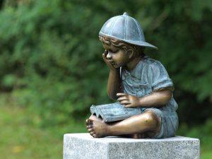 Tuinbeeld - bronzen beeld - Lezend jongetje - Bronzartes - 29 cm hoog