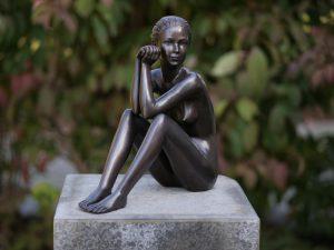 Tuinbeeld - bronzen beeld - Zittend Naakt - Bronzartes - 29 cm hoog