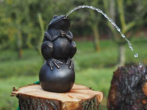 Tuinbeeld - bronzen beeld - Kikker op bal - Fontein - Bronzartes - 34 cm hoog