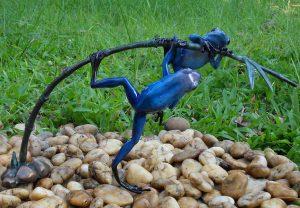 Tuinbeeld - bronzen beeld - 2 Gekleurde kikkers aan twijg / blauw - Bronzartes - 21 cm hoog