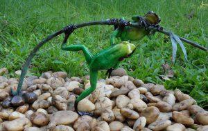 Tuinbeeld - bronzen beeld - 2 Gekleurde kikkers aan twijg / groen - Bronzartes - 21 cm hoog