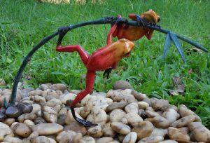 Tuinbeeld - bronzen beeld - 2 Gekleurde kikkers aan twijg / rood - Bronzartes - 21 cm hoog