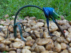 Tuinbeeld - bronzen beeld - Gekleurde kikker aan twijg / blauw - Bronzartes - 13 cm hoog