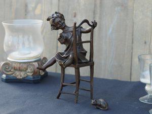 Tuinbeeld - bronzen beeld - Meisje op stoel - Bronzartes - 22 cm hoog