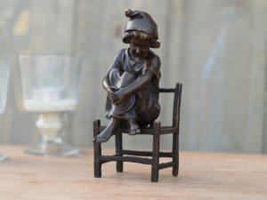 Tuinbeeld - bronzen beeld - Meisje zittend op stoel - Bronzartes - 16 cm hoog