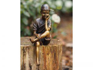 Tuinbeeld - bronzen beeld - Zittende jongen met pet - Bronzartes - 19 cm hoog