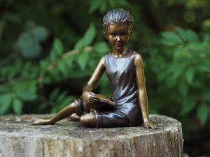 Tuinbeeld - bronzen beeld - Zittend lezend meisje - Bronzartes - 14 cm hoog