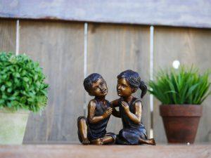 Tuinbeeld - bronzen beeld - Lachend kinderpaar - Bronzartes - 13 cm hoog