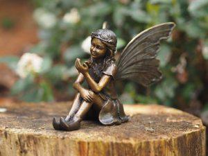 Tuinbeeld - bronzen beeld - Zittende fee met vlinder - Bronzartes - 12 cm hoog
