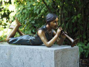 Tuinbeeld - bronzen beeld - Waterornament - Liggend meisje met fluit - Bronzartes - 28 cm hoog