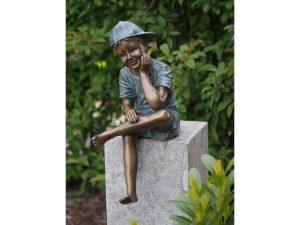 Tuinbeeld - bronzen beeld - Zittende jongen met pet - Bronzartes - 59 cm hoog