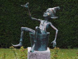Tuinbeeld - bronzen beeld - Pixie / kabouter in emmer - Bronzartes - 49 cm hoog