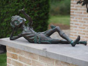 Tuinbeeld - bronzen beeld - Pixie / kabouter liggend - Bronzartes - 33 cm hoog