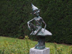 Tuinbeeld - bronzen beeld - Pixie / kabouter op paddenstoel - Bronzartes - 77 cm hoog