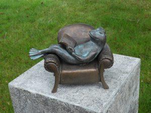 Tuinbeeld - bronzen beeld - Kikker in luie stoel - Bronzartes - 13 cm hoog