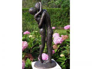 Tuinbeeld - modern bronzen beeld - zoenend liefdespaar - Bronzartes - 48 cm hoog