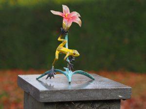 Tuinbeeld - bronzen beeld - Kikker op bloem - Bronzartes - 20 cm hoog