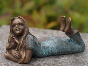 Tuinbeeld - bronzen beeld - Liggend meisje met olifantje - Bronzartes - 8 cm hoog