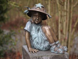 Tuinbeeld - bronzen beeld - Zittend meisje met hoed - Bronzartes - 36 cm hoog