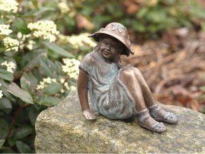 Tuinbeeld - bronzen beeld - Klein zittend meisje met hoed - Bronzartes - 11 cm hoog