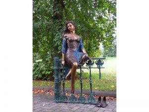 Tuinbeeld - bronzen beeld - Vrouw zittend op hek - 170 cm hoog
