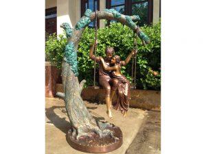 Tuinbeeld - bronzen beeld - Verliefd stel op schommel - 160 cm hoog
