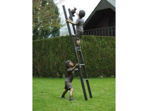 Tuinbeeld - bronzen beeld - 2 Kinderen op ladder met kat - 208 cm hoog