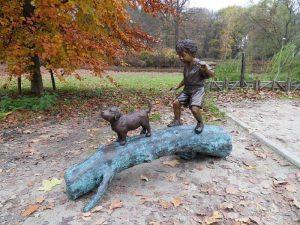 Tuinbeeld - bronzen beeld - Jongen met hond op boom - 107 cm hoog