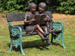 Tuinbeeld - bronzen beeld - 2 Kinderen op bank - 95 cm hoog