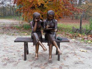 Tuinbeeld - bronzen beeld - 2 Meisjes op bank - 100 cm hoog