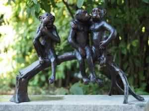 Tuinbeeld - bronzen beeld - 3 Aapjes op boomstam - 43 cm hoog