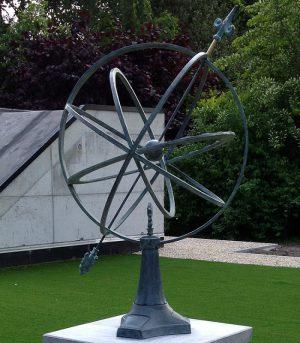 Tuinbeeld - bronzen beeld - Zonnewijzer  67 cm. - Bronzartes - 74 cm hoog