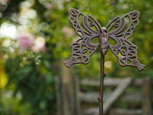 Tuinbeeld - bronzen beeld - Vlinder op stok - Bronzartes - 70 cm hoog