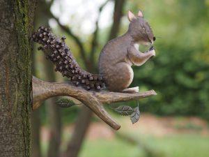 Tuinbeeld - Eekhoorn op tak - 32 cm hoog